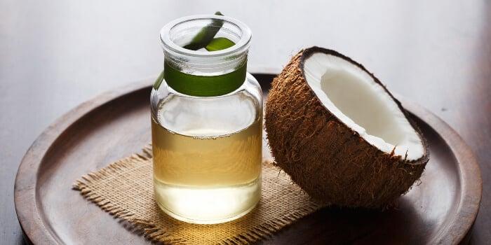 Nên sử dụng dầu dừa nguyên chất để đảm bảo an toàn cho mắt
