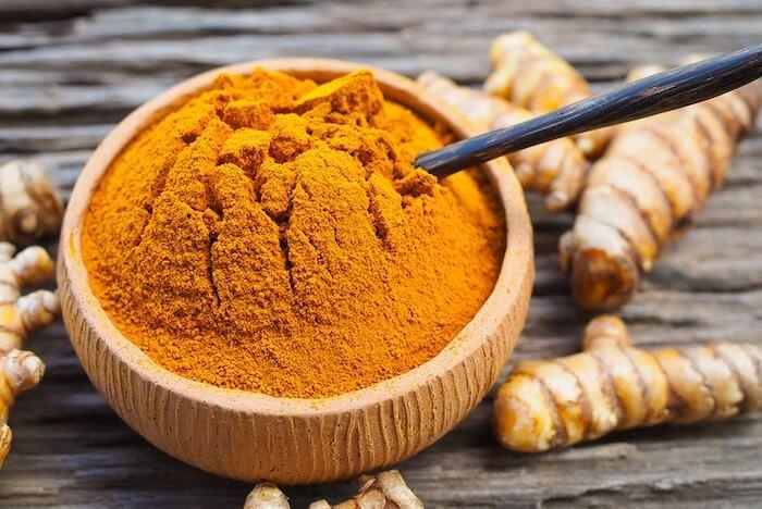tinh bột nghệ chứa hàm lượng lớn hoạt chất kháng viêm giúp ngăn ngừa mụn