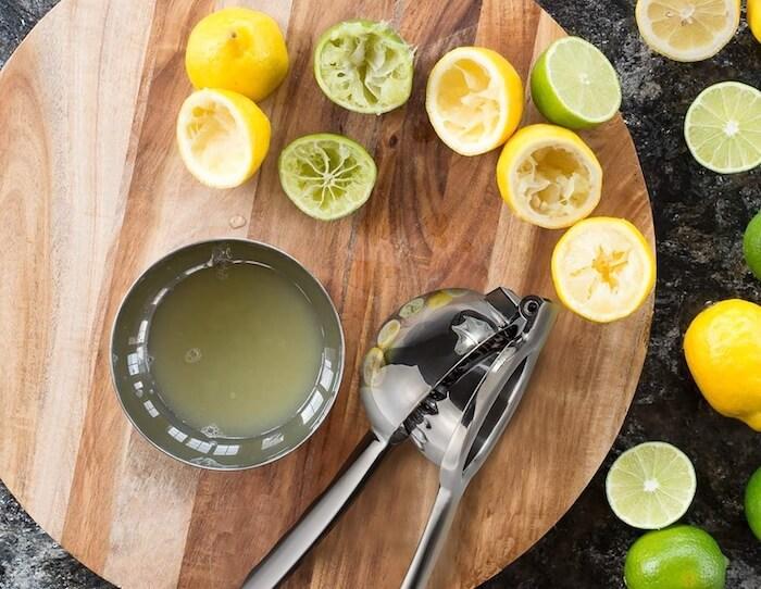 nước cốt chanh giúp thu nhỏ lỗ chân lông và dưỡng da thêm trắng sáng