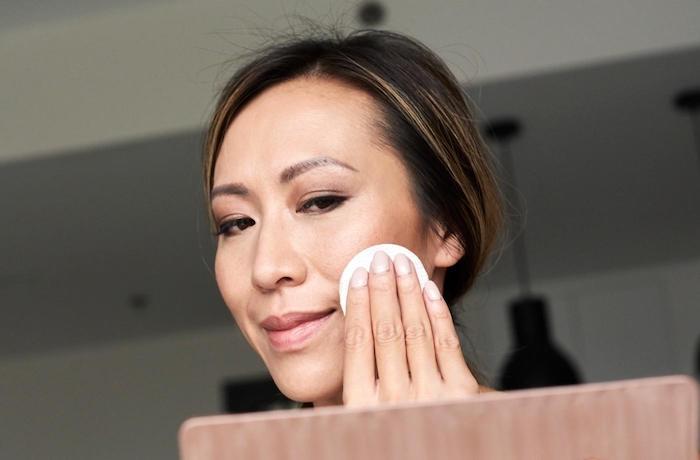 tẩy trang không kĩ có thể là nguyên nhân gây nên mụn đầu đen và lỗ chân lông to