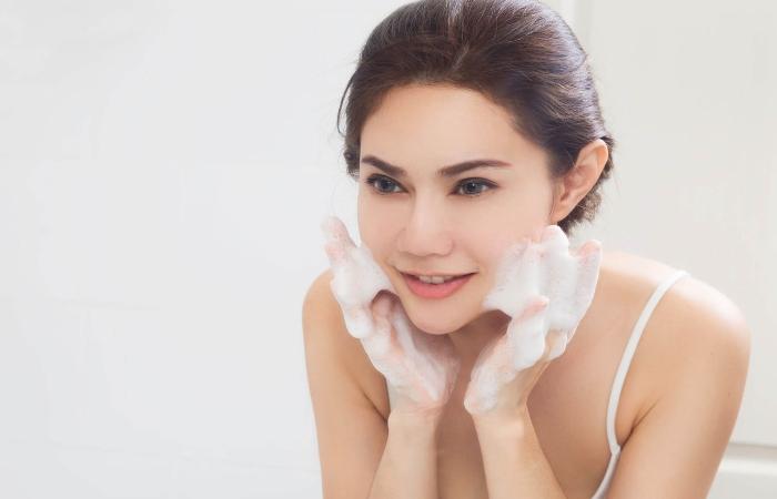 Rửa mặt để làm sạch lớp dầu/nước tẩy trang và cặn bẩn còn bám lại