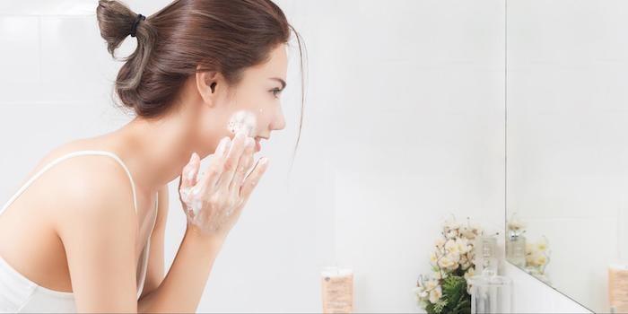 Rửa mặt nhẹ nhàng với nước mát để tránh gây tổn thương cho da