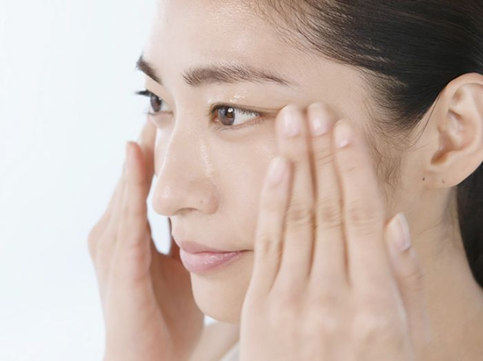 massage kem mắt theo chiều ngược kim đồng hồ để ngăn hình thành nếp nhăn