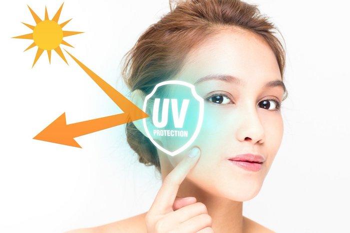 Sử dụng kem chống nắng để bảo vệ da trước sự tấn công của tia UV