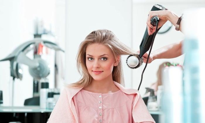 Sử dụng máy sấy và lược tròn để làm cụp đuôi tóc