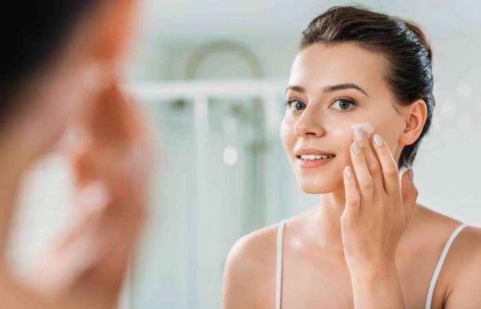 Công dụng chính của kem dưỡng trắng da chính là giúp làn da trở nên trắng sáng, đều màu, mờ thâm sau mụn và dưỡng ẩm