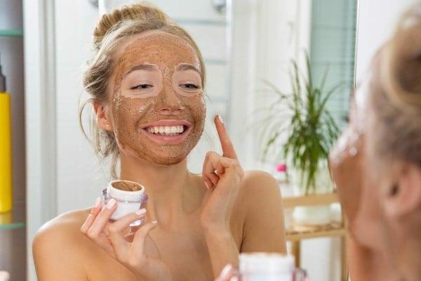 tẩy tế bào chết da để loại bỏ lớp sừng già cỗi trên da mặt