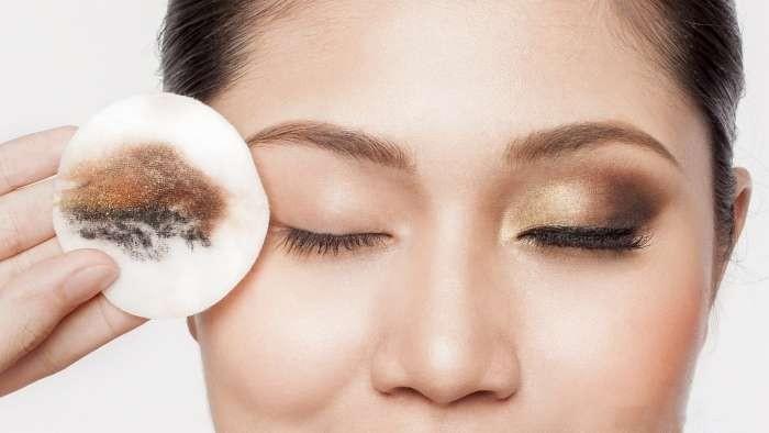 Tẩy trang là bước làm sạch da đầu tiên lấy đi lớp trang điểm, bụi bẩn trên da mặt