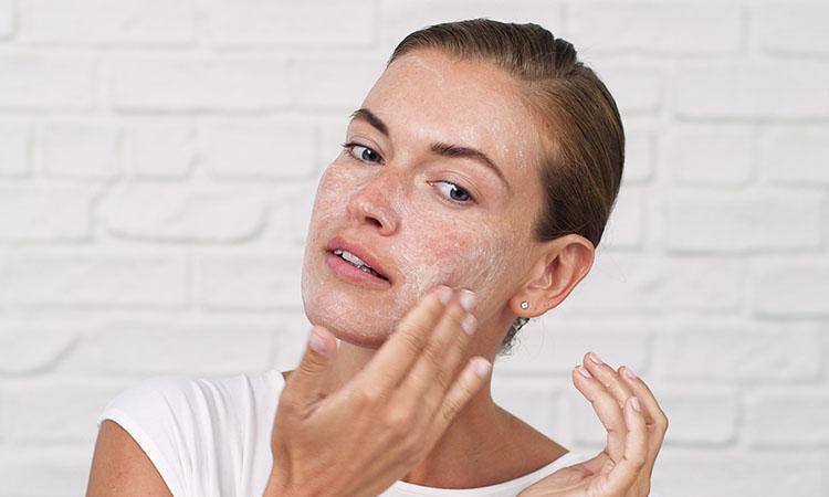 Tẩy da chết để kích thích sản sinh tế bào mới cho da mặt thêm hồng hào