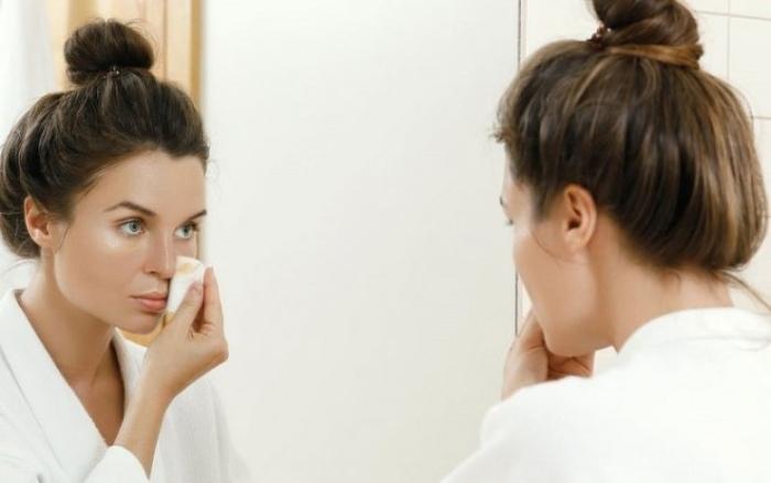 Tẩy trang làm sạch da trước khi dùng nước hoa hồng