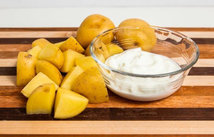 Khoai tây và sữa chua giúp kiểm soát bã nhờn, giúp da ngày một trắng mịn hơn