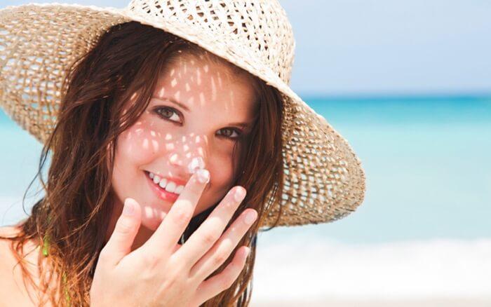Thoa kem chống nắng để bảo vệ da khỏi bị tổn thương bởi ánh mặt trời