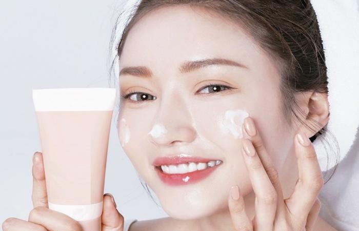 Thoa kem dưỡng ẩm sau khi đắp mặt nạ để đảm bảo hiệu quả chăm sóc da