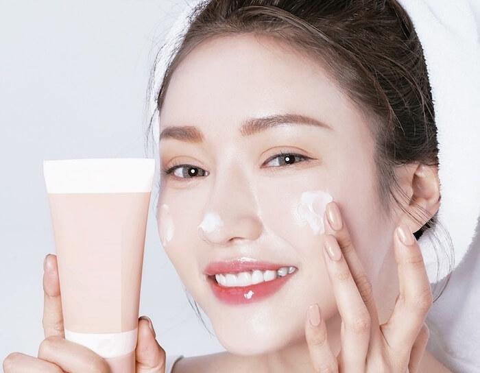thường xuyên dùng kem dưỡng ẩm trị khô da mặt