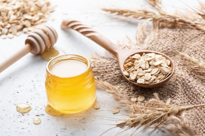 Yến mạch và mật ong nuôi dưỡng đôi môi căng mịn toàn diện