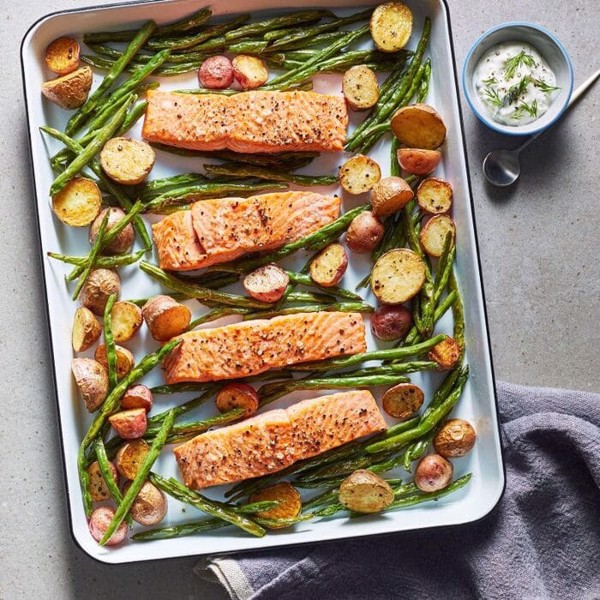 Cá hồi nướng rau củ là một trong 10 món ăn cuối tuần cho gia đình