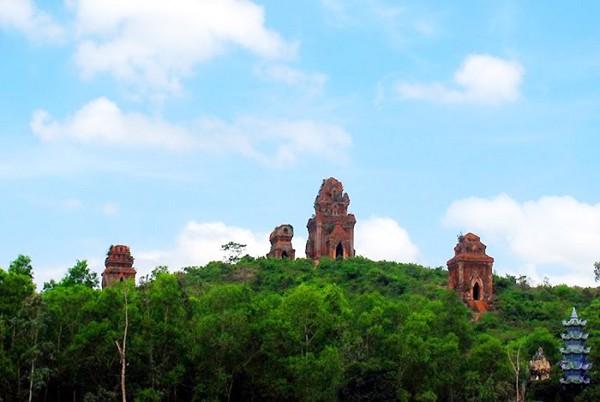 4 ngọn tháp nhìn từ xa như những chiếc bánh ít khổng lồ