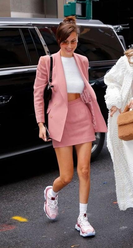 Phối đồ với giày màu hồng: hãy chọn một chiếc áo vest khoác bên ngoài giúp set đồ vẫn trẻ trung, năng động mà không hề lộ quá nhiều da thịt.