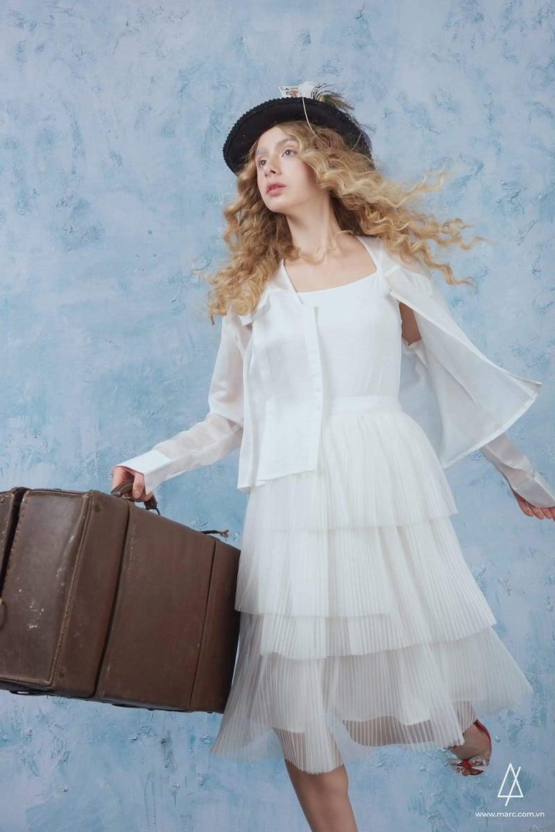 Áo lưới khoác ngoài váy là gì?