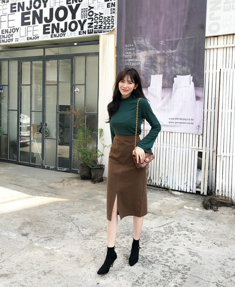 Áo thun đơn giản cùng chân váy bút chì