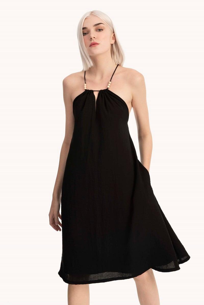 Đầm cổ yếm đen sang trọng