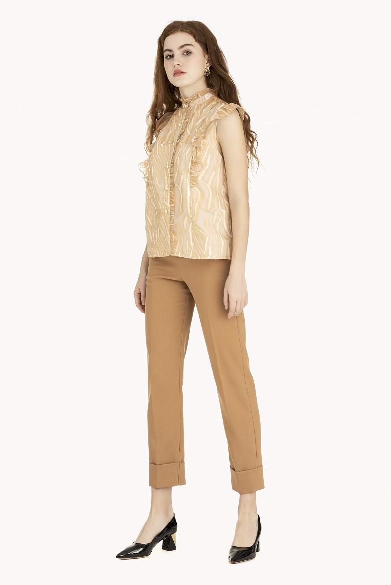 Phối quần tây dáng basic với áo sơ mi cộc tay là một trong những cách phối quần tây áo sơ mi nữ được yêu thích nhất.