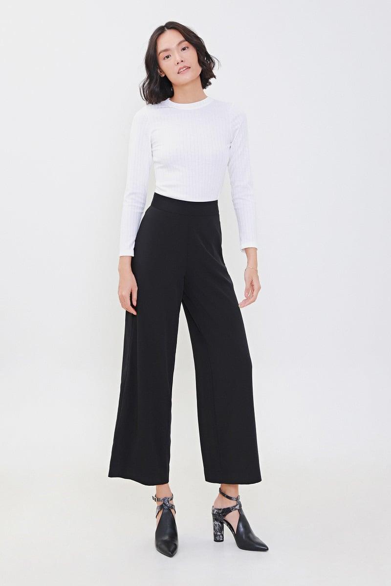 Quần tây ống rộng lưng cao kết hợp với áo len mỏng trendy.