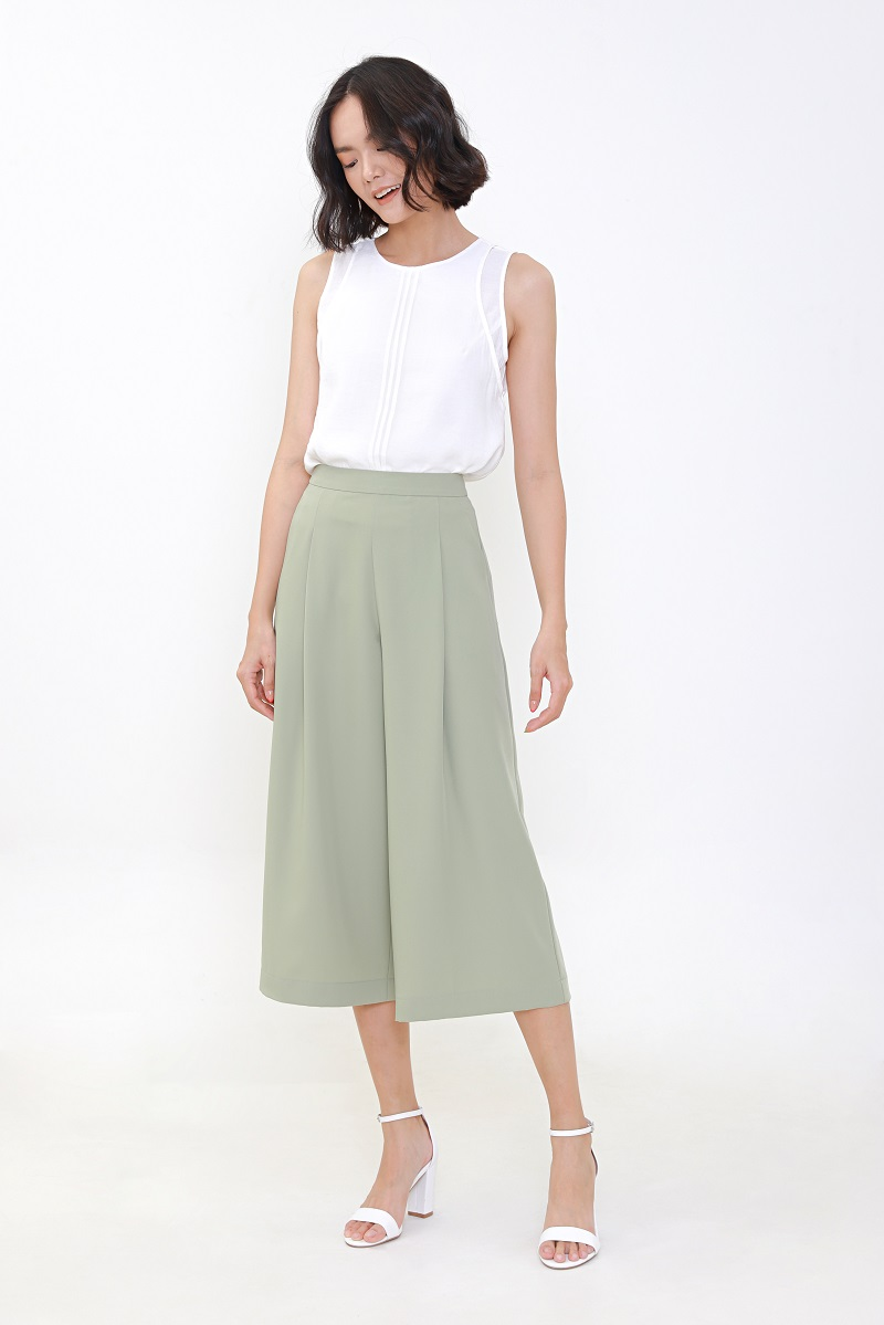 Quần tây ống rộng lưng cao kết hợp với áo sát nách thời trang.