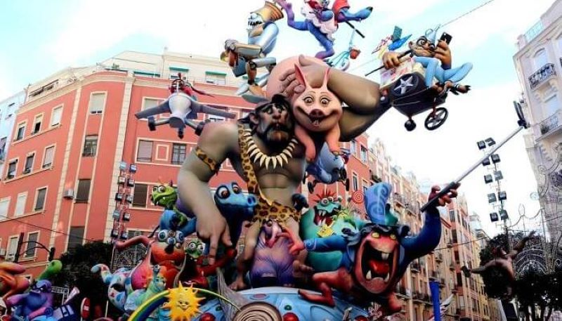 Lễ hội lửa Las Falass De Valencia diễn ra vào khoảng 15 tháng 3 hằng năm tại Spain