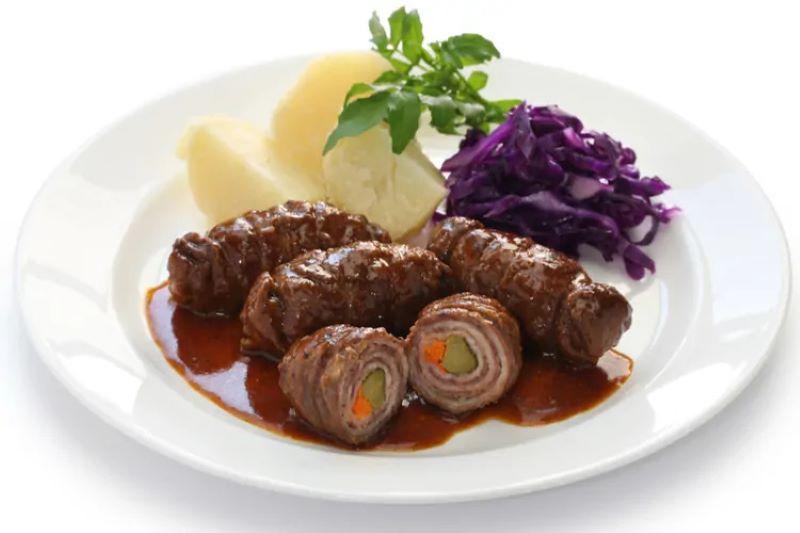 Rouladen - được cuốn từ những miếng thịt bò mỏng cuộn với thịt xông khói, dưa chua, hành tây