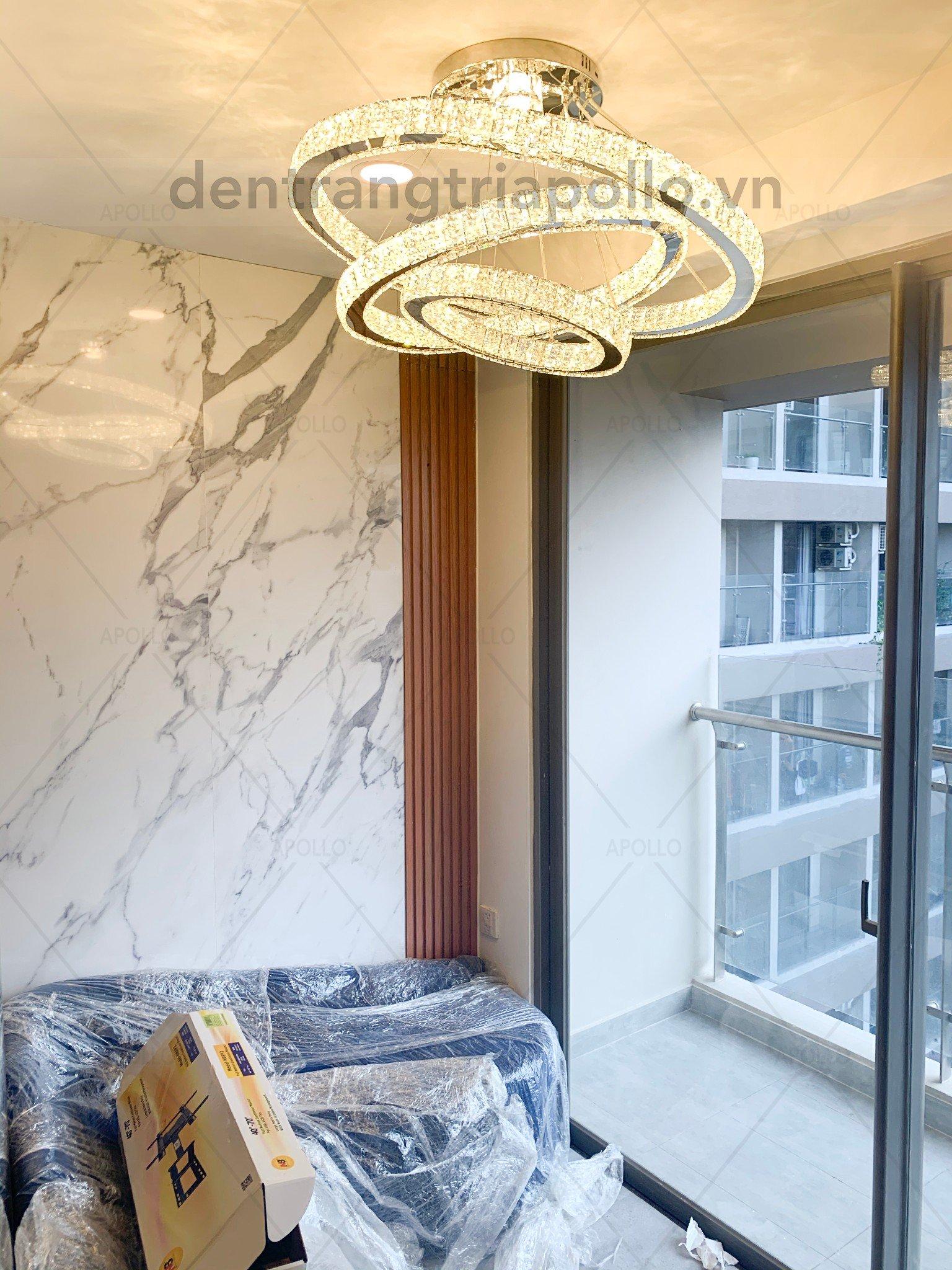 đèn chùm pha lê phòng khách căn hộ chung cư