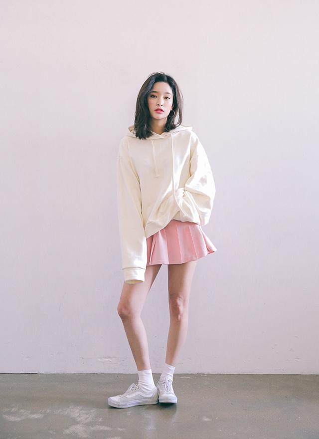 Cách phối đồ áo Hoodie nữ với chân váy