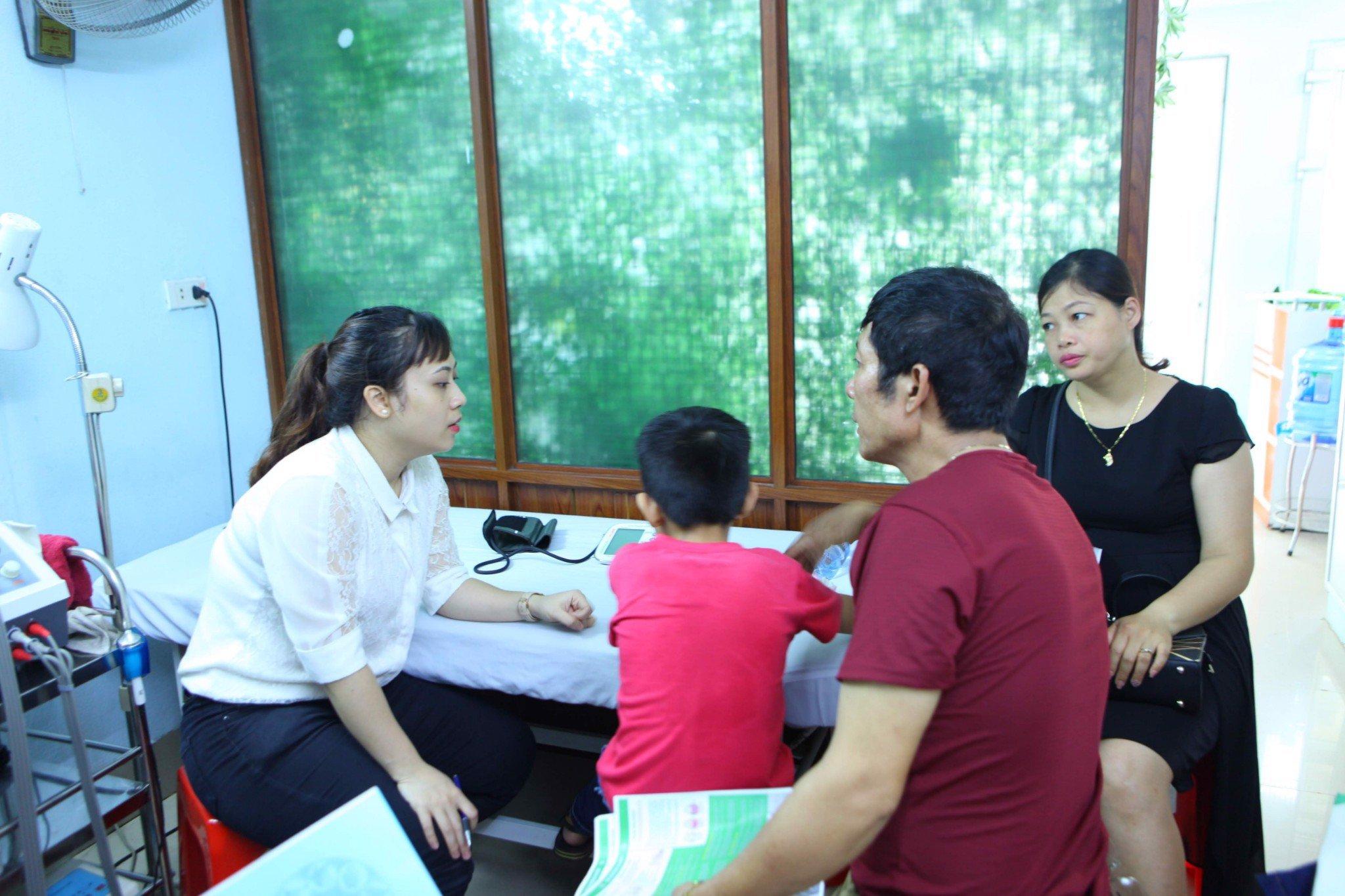 Người dân được thăm khám đo huyết áp miễn phí