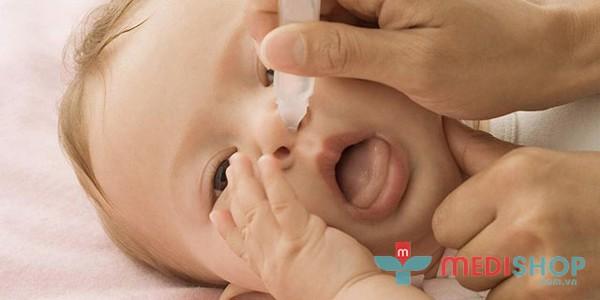 Nên để trẻ nằm nghiêng để nhỏ nước muối dinh lý