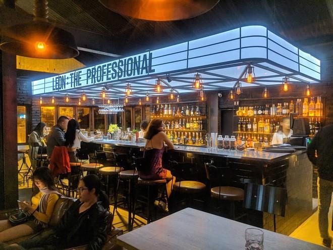 trang trí tường quán bar