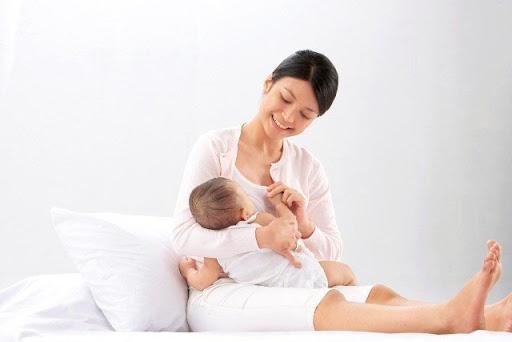 Cho bé bú sữa mẹ hoàn toàn trong 6 tháng sau sinh là phương pháp đơn giản và tuyệt vời nhất để lấy lại vóc dáng sau sinh