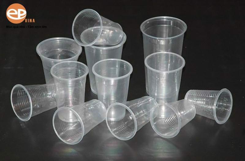 Cốc nhựa với nhiều ưu điểm nổi bật được nhiều người dùng lựa chọn