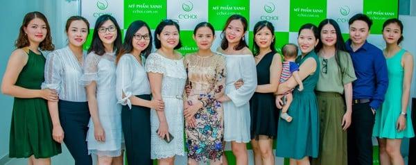 phụ nữ hiện đại cùng chia sẻ và giúp đỡ nhau hạnh phúc