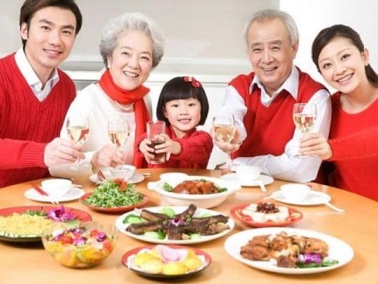 Nấu và ăn một bữa cơm cùng phụ nữ tuổi trung niên