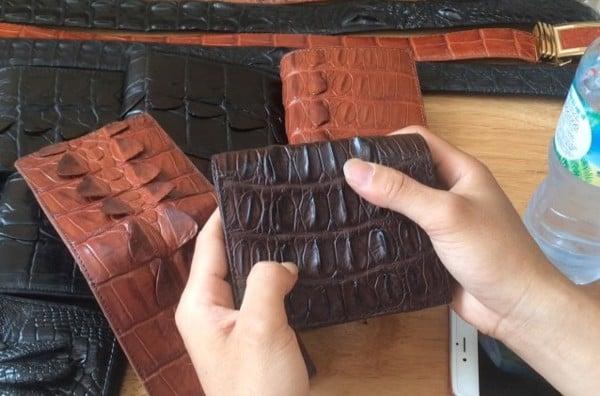 dùng ngón tay để ấn thử kiểm tra chất liệu da cá sấu