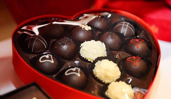 Tặng chocolate trong ngày sinh nhật bạn gái