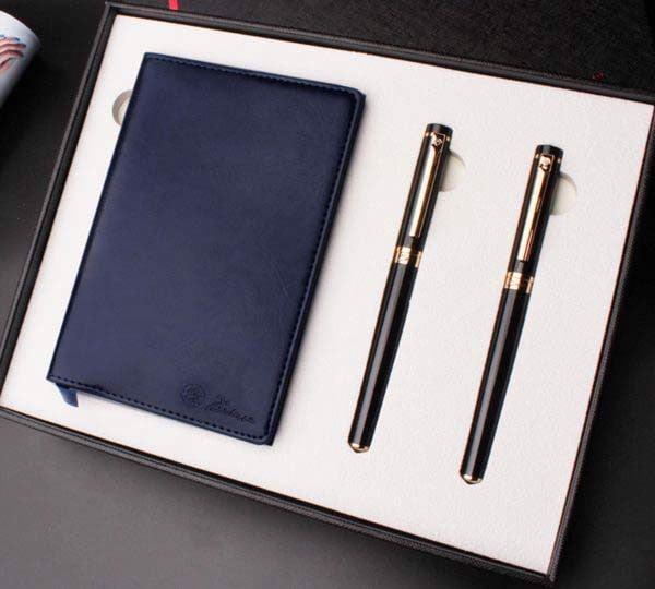 Tặng cuốn sổ và cây bút trong ngày sinh nhật bạn gái