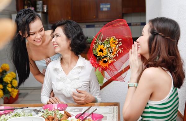 Tặng một bó hoa đẹp cho phụ nữ trung niên