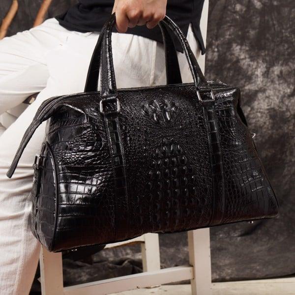 Túi xách đeo chéo làm bằng da cá sấu có giá rất cao