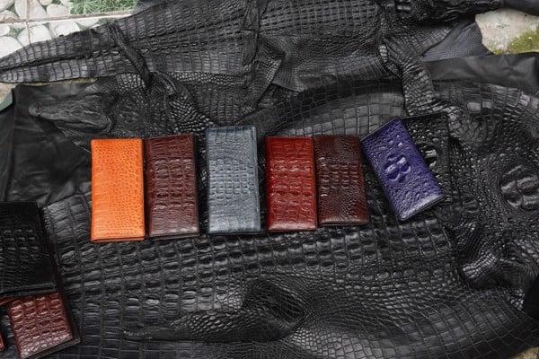 Ví dài cầm tay da cá sấu có rất nhiều màu để chọn mua