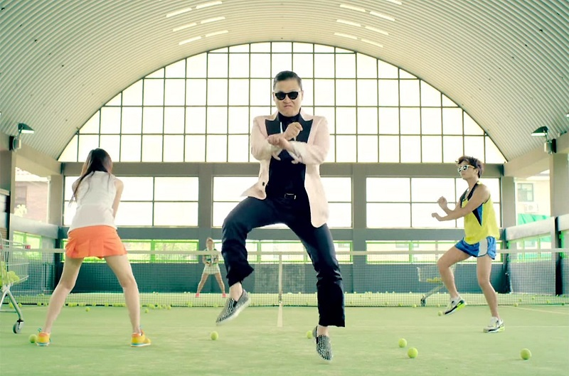 PSY trong một cảnh của MV Gangnam Style