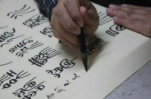 Viết thư pháp trên giấy xuyến