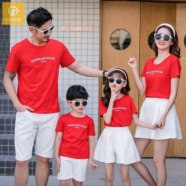 Bộ quần áo gia đình mùa hè cho 4 người, phối áo phông đỏ + quần short và chân váy màu trắng