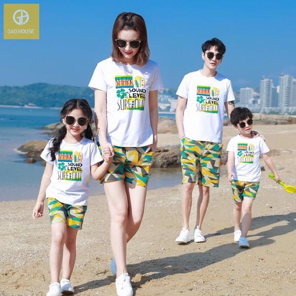 Bộ quần áo gia đình đi biển cho 4 người màu sắc tươi sáng