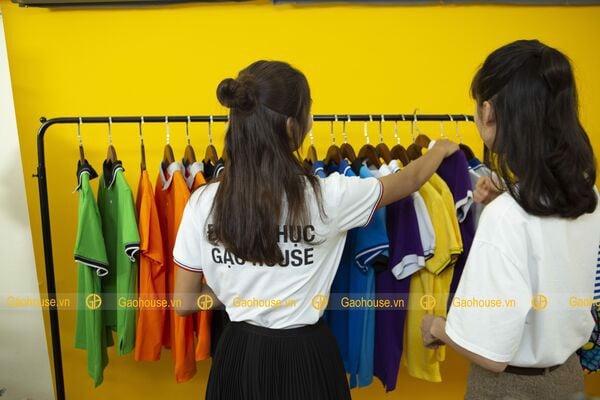 Nhân viên đồng phục gạo house tư vấn khách hàng